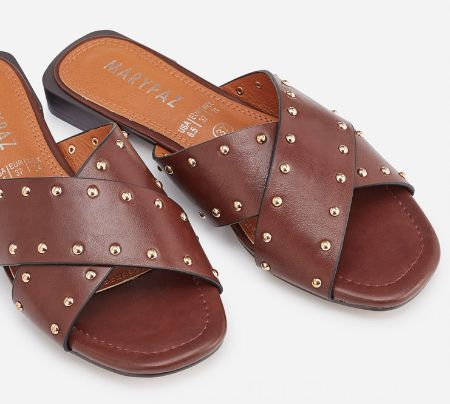 Sandalias planas con tachas doradas