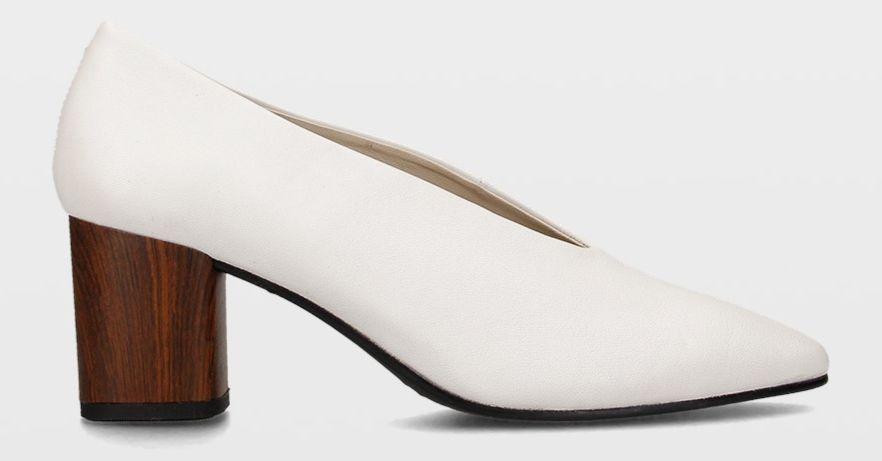 Zapatos de tacón de madera blancos