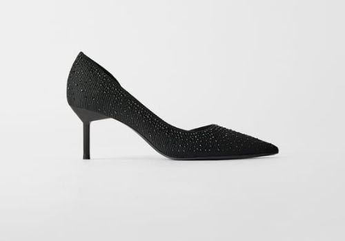 Zapato asimétrico con pedrería de Zara