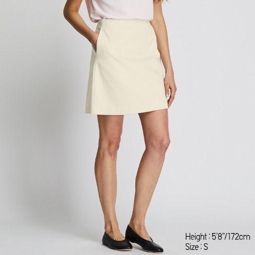 Falda de satén marfil claro de Uniqlo