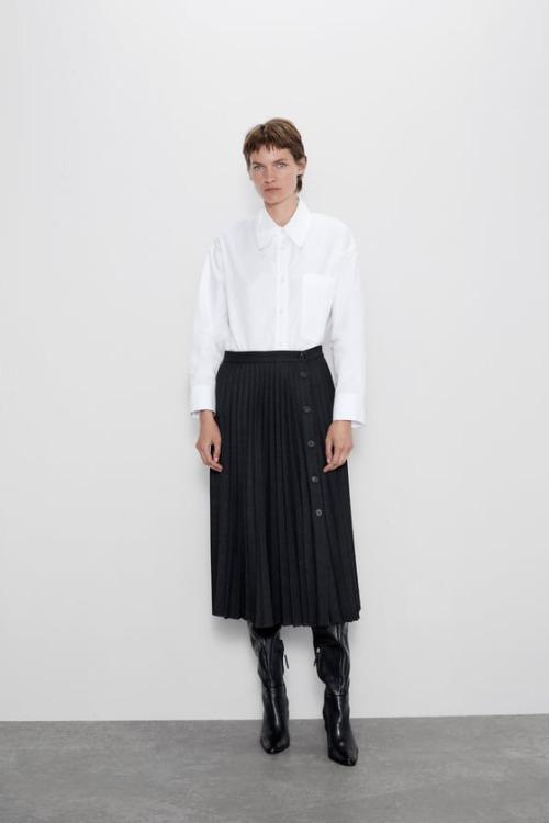 Falda plisada negra con botones de Zara