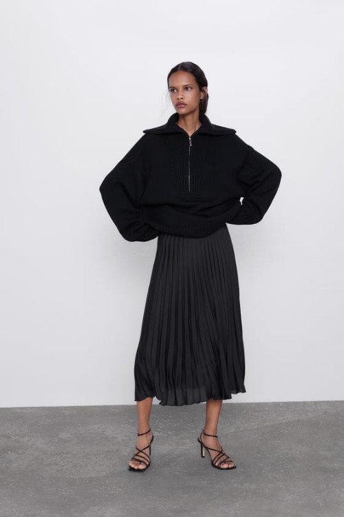 Falda plisada negra sencilla de Zara