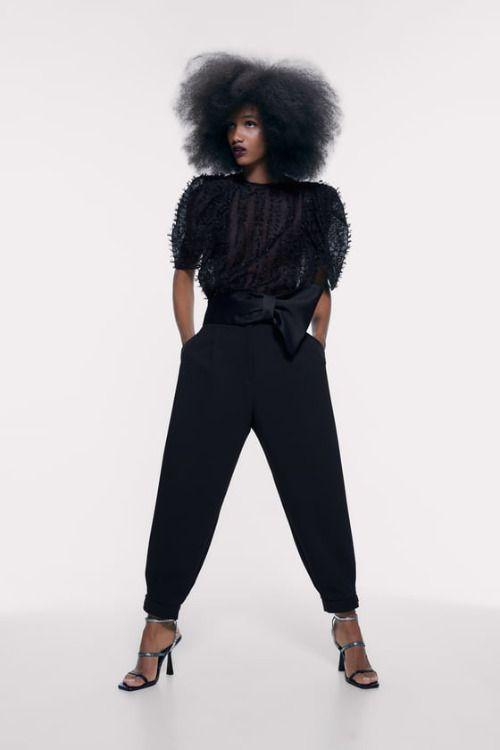 Top corto negro con efecto flecos de Zara