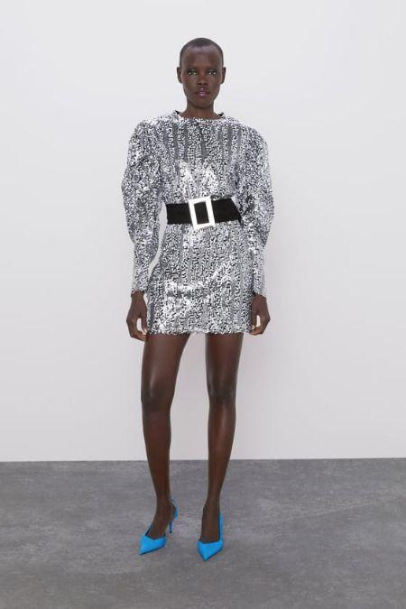 Vestido plateado de lentejuelas con cinturón de Zara