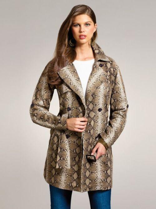 Abrigo estilo gabardina con estampado de serpiente de Venca