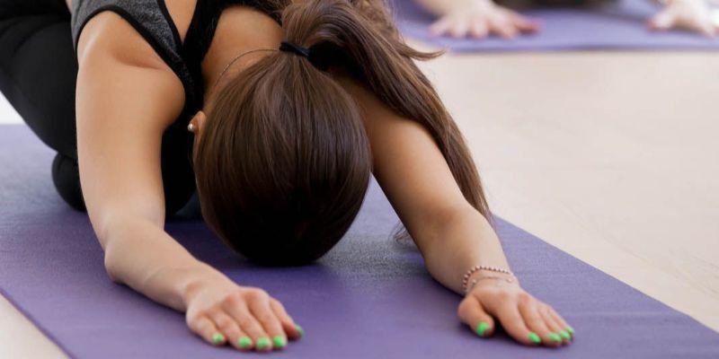 Qué es el bikram yoga y cuáles son sus beneficios
