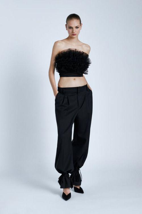 Top corto negro con cuerpo de tul de Zara