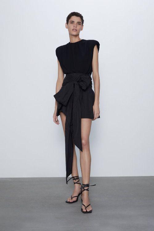 Falda mini con lazo XL de Zara