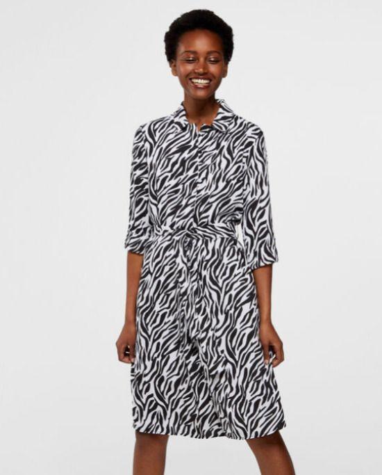 Vestido túnica con cinturón y estampado cebra de Cortefiel / 17,99 euros
