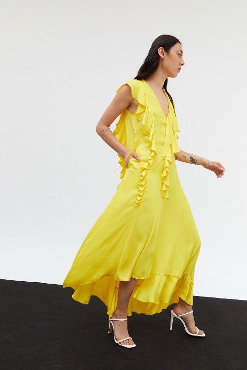 Vestido amarillo con vuelo y volantes de Sfera