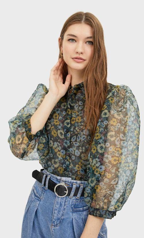 Blusa con estampado floral y manga organza de Stradivarius