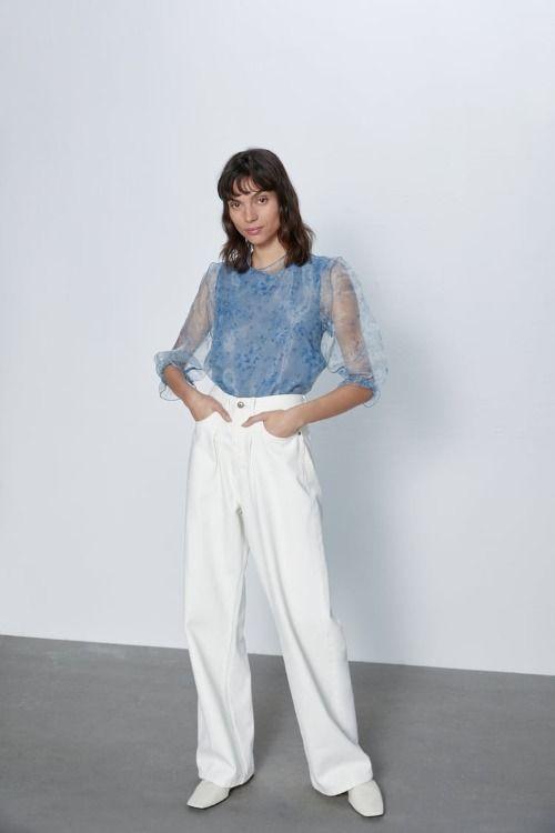 Blusa con manga organza en azul celeste de Zara