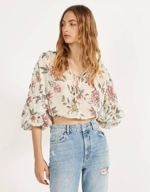 Blusa corta con estampado floral y volantes en las mangas de Bershka