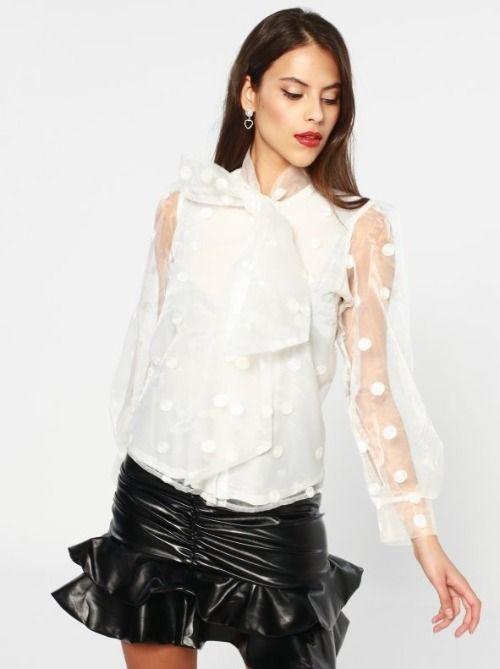Camisa blanca con topos y manga organza de Venca