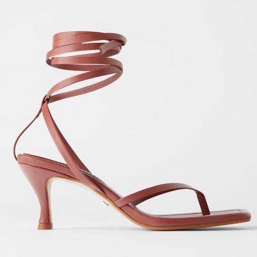 Sandalias de tacón rosa con tira en V