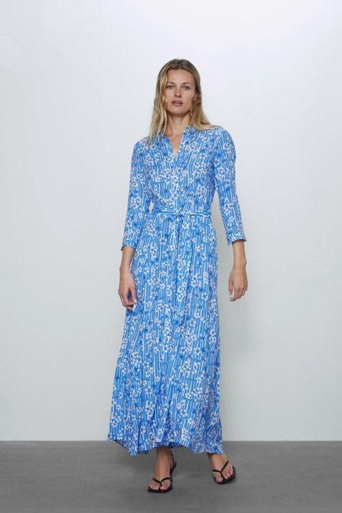 Vestido camisero largo azul con estampado floral de Zara