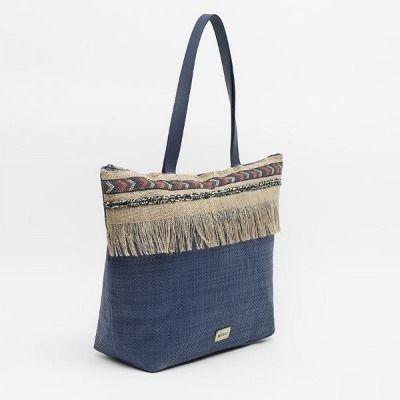 Bolso grande en rafia azul con detalle de flecos de Misako