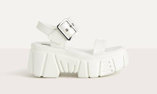 Sandalias blancas de estilo deportivo con plataforma de Bershka
