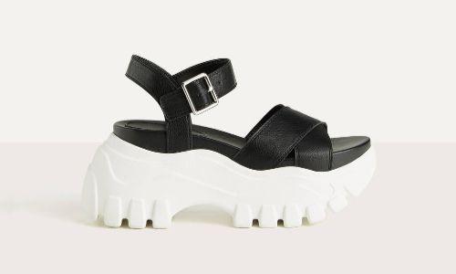 Sandalias deportivas negras con plataforma blanca de Bershka
