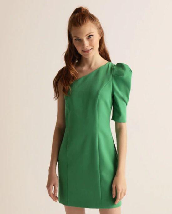 Vestido con escote asimétrico y manga abullonada en color verde
