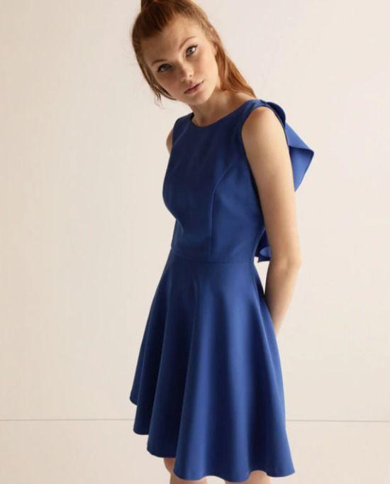 Vestido corto azul con detalle de volantes en la espalda