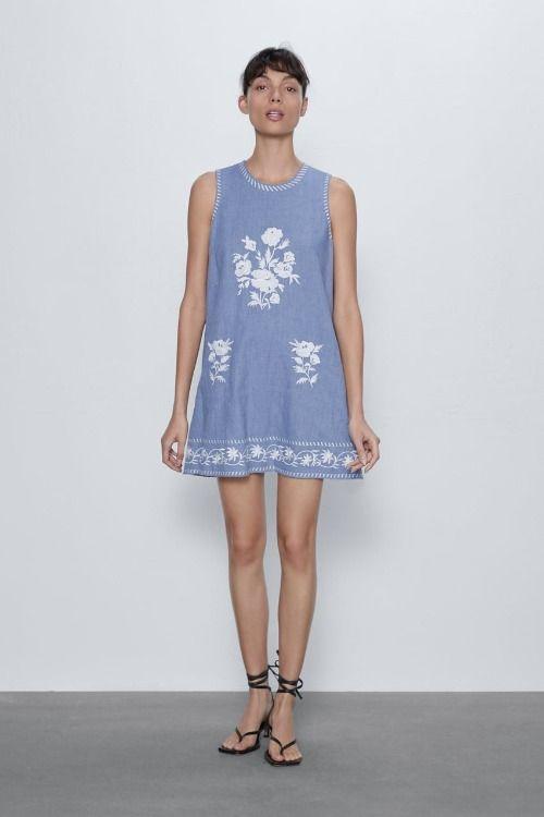 Vestido corto de lino con detalle de bordados de Zara