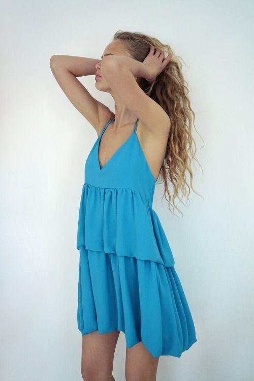 Vestido de volantes azul con escote en V de Zara