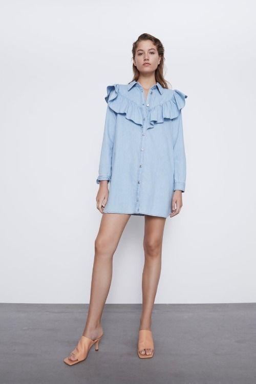 Vestido denim corto con volantes de Zara