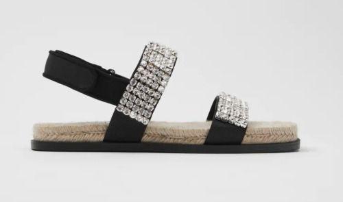 Sandalia plana con detalle de joyas