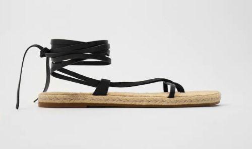 Sandalia plana con suela de yute y atada al tobillo