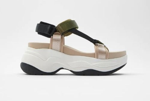 Sandalia plana de estilo deportivo