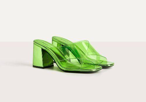 Sandalias de tacón verdes con tiras de vinilo