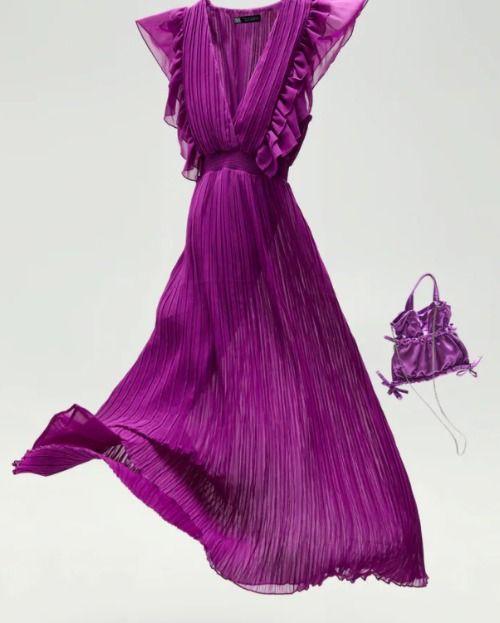 Vestido plisado con volantes en color púrpura de Zara