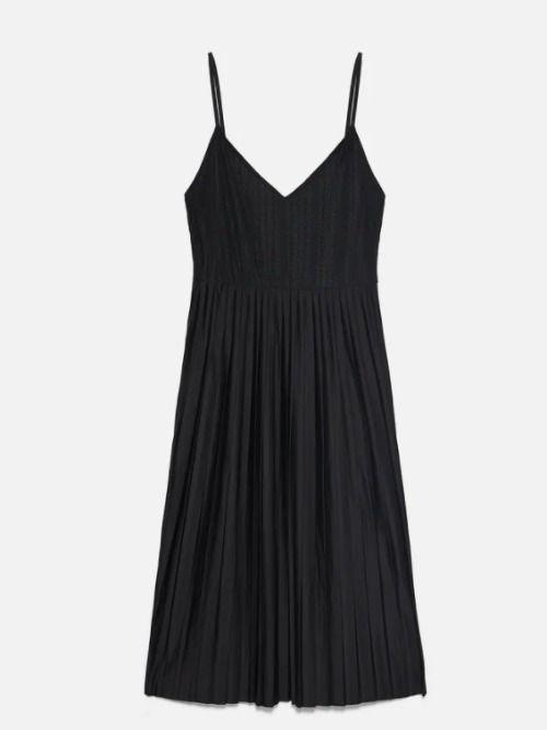 Vestido plisado negro de Zara