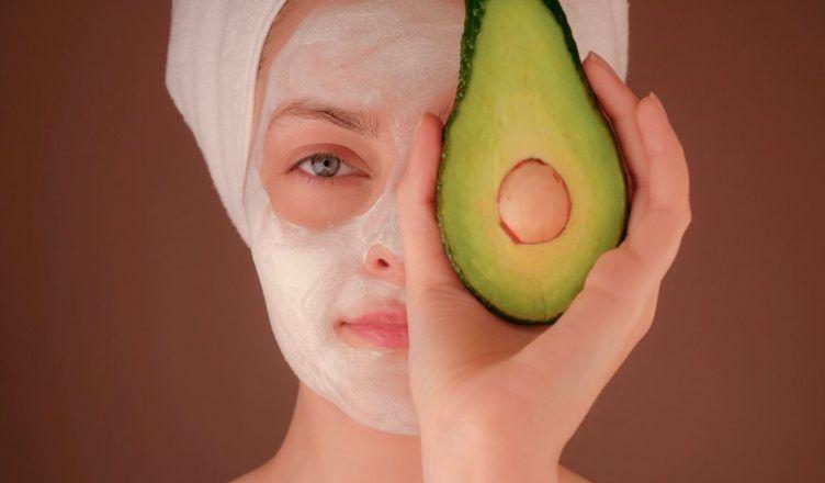 Descubre los 3 beneficios del aguacate para la piel